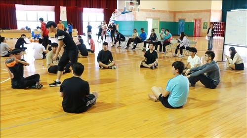 同學們進行傳球的熱身遊戲