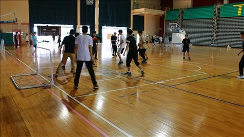 同學們進行足球趣味競賽