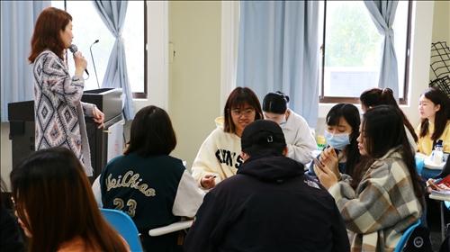 張老師於課堂給予學生適時的文法、單字、讀音修正