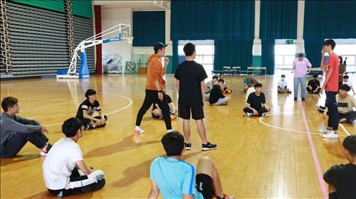 黃老師與同學示範如何和隊友配合傳接球
