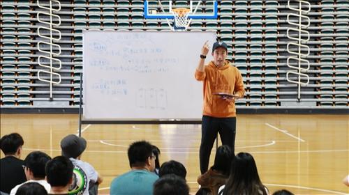黃子榮老師進行「室內足球興趣班」之課程