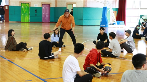 黃老師示範熱身活動的動作與技巧