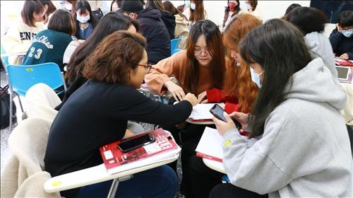 張老師藉由分組討論增加教學方式的多元性