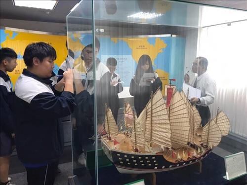 淡水商工學生參觀本校海事博物館