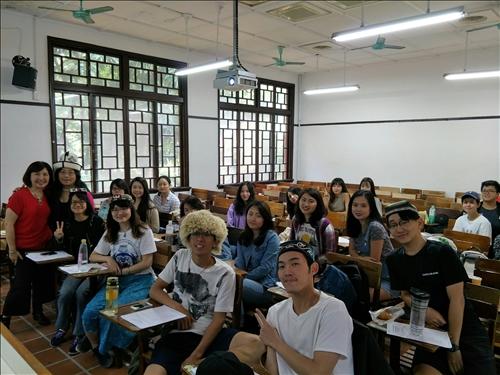 學生戴上中亞的傳統帽飾與講者合影