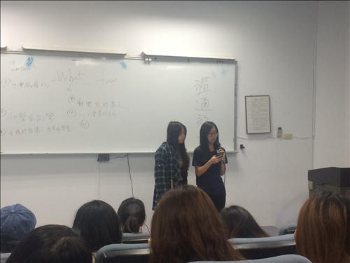 講師讓每人分享看法,導演也在其中回應評論,解釋一些拍攝、剪輯需使用的技巧,以達到影像識讀教學的目的。