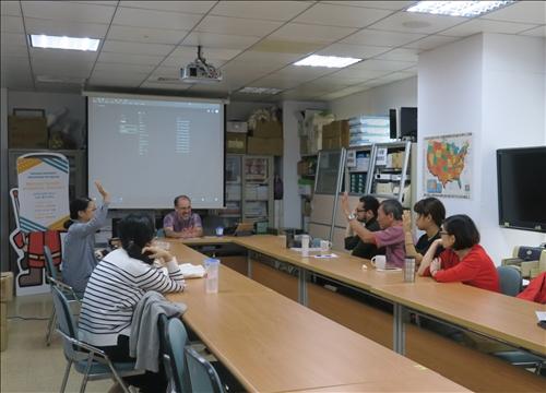 包俊傑老師以互動問答方式討論教材媒介