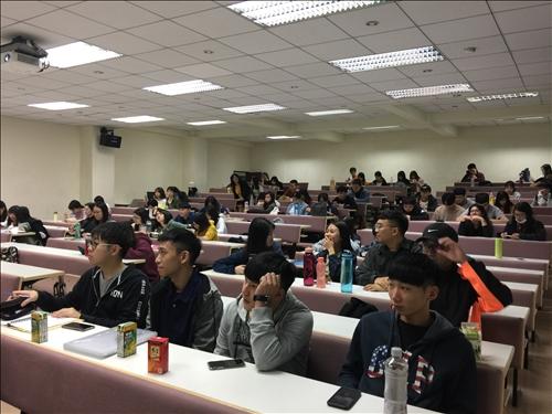 講者上課與同學聽講情形04