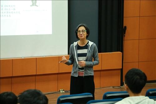 通識與核心課程中心鄧玉英老師介紹自我感覺貧窮