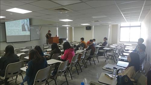 櫻桃園文化出版社總編輯 丘光先生與學生探討俄國作家屠格涅夫文學作品的翻譯問題
