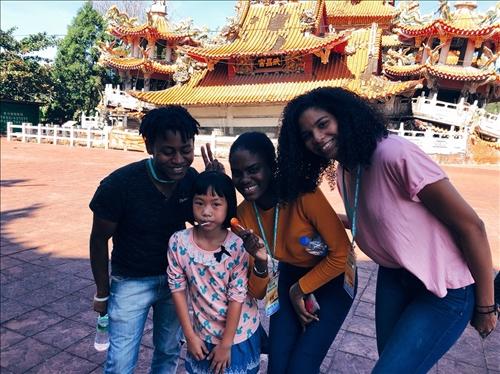境外生於武昌宮前與當地導覽女孩合影