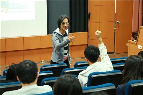 通識與核心課程中心鄧玉英老師邀請同學回答問題