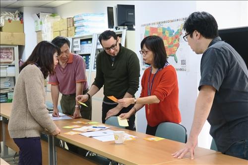 胡映雪老師以字卡進行英文句法配對活動