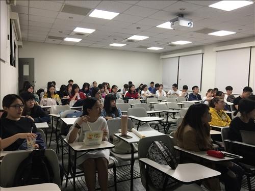 講者上課與同學聽講03