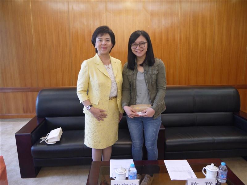 張校長與這學期在華東師範大學交換學習的中文系學生林昱蘋合影。