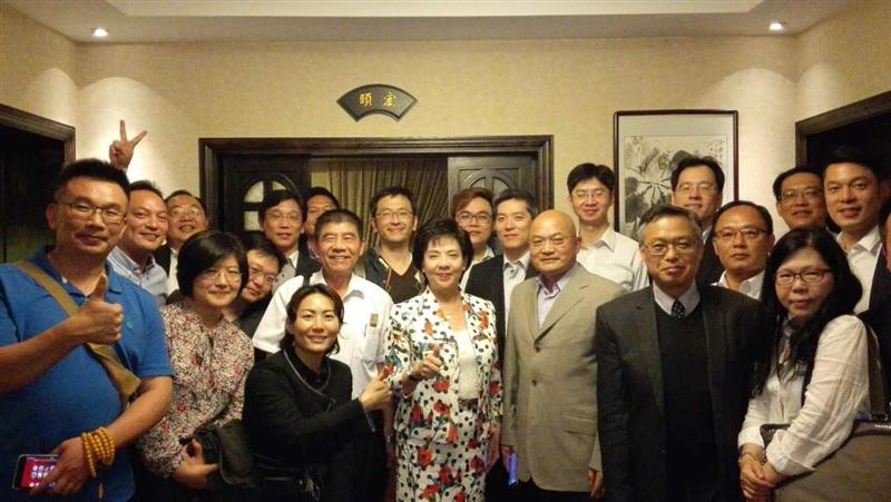 張校長、戴副校長與旅居上海地區校友餐敘。