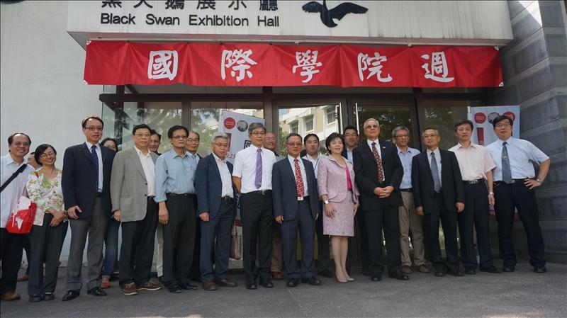 國際研究學院為了呈現各系所的特色及多年來教學與研究的成果,特別於上週在淡水校園黑天鵝展示廳舉辦「國際研究學院週」活動。