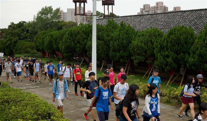 9月是國內各大學校院新生陸續進入校園的日子,各校忙著準備入學相關事宜,在多樣化的新生開學典禮中,本校舉辦「克難坡巡禮」活動,這可說是國內唯一且是本校新生最特殊的開學典禮,9月8日(星期四)與9日(星期五)上午7時50分前集合完畢之後,於淡水校園驚聲銅像前,由校長張家宜親自率領副校長、教學及行政單位主管、五千位大一新生登132層石階的克難坡,開啟大一新生在五虎崗美麗校園的青春歲月。