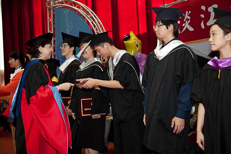 淡水校園舉行99學年度畢業典禮。