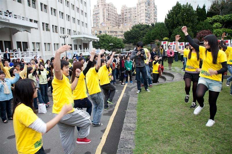 「日本甘巴嗲,淡江愛很大!」一群淡江社團人發起為日本集氣活動,以「相信音樂」Waterman的「愛很大」歌曲及自編「愛很大舞蹈」作號召,號召所有淡江人於3月23日中午12時身穿象徵福氣的黃色衣服或配件,一同集合於本校福園前,舞出淡江人的關懷和愛,並大聲說出對日本受災民眾的祝福!