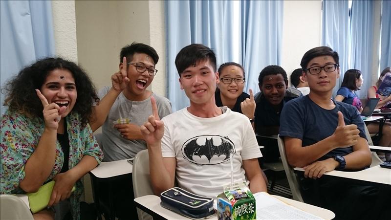甫成立兩年、非常「國際化」的「跨文化學習環境」、上課彷彿置身聯合國的本校外交與國際關係學系全英語學士班,目前有47名本地學生,卻有57名外籍學生,是目前國內「唯一」外籍生多於本地學生的科系。