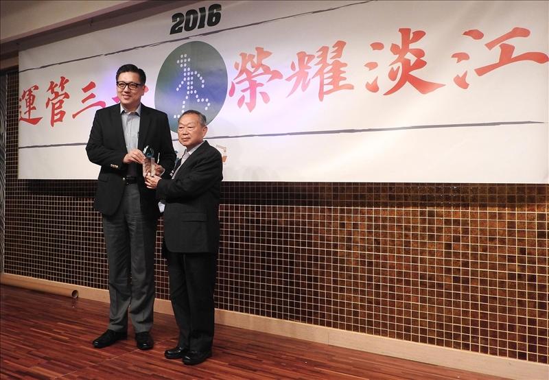 運管系第一屆畢業校友、新加坡國立大學土木暨環境工程學系終身長聘教授李德紘,當選新加坡工程院2017年新晉院士。