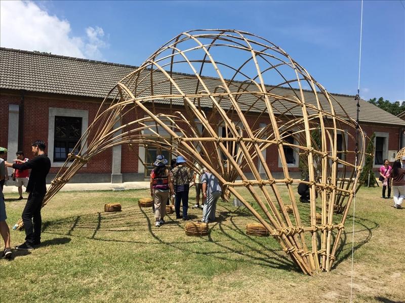 建築系於淡水海關碼頭草坪進行竹構藝術工程裝置,展出3個月。