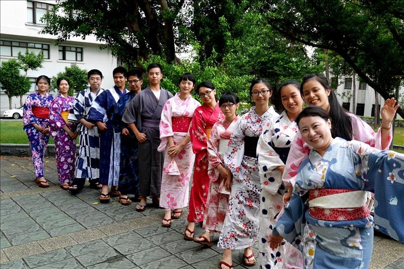 外國語文學院於8月22至24日舉辦教育部委辦的「106學年度北區學生學習營」,讓學員充分體驗異國風情。
