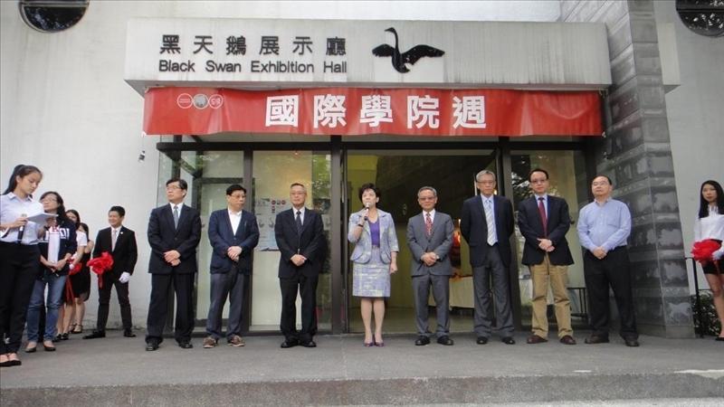 國際研究學院配合25週年院慶,在淡水校園黑天鵝展示廳舉辦「國際研究學院週」活動。