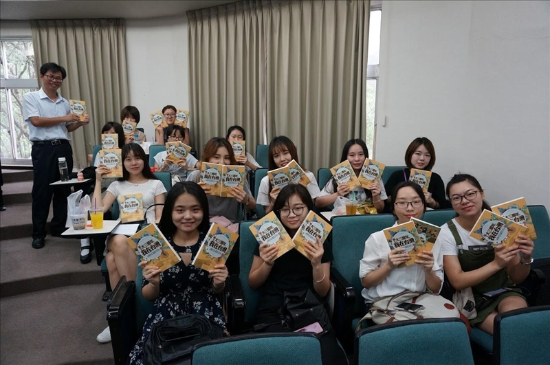本校與福建大學合作首創「文創學程閩台專班」,福建大學文學院49名學生來本校修習一年的文創產業學程,學生將成長紀錄集結出版《大三那年,我在台灣》專書。