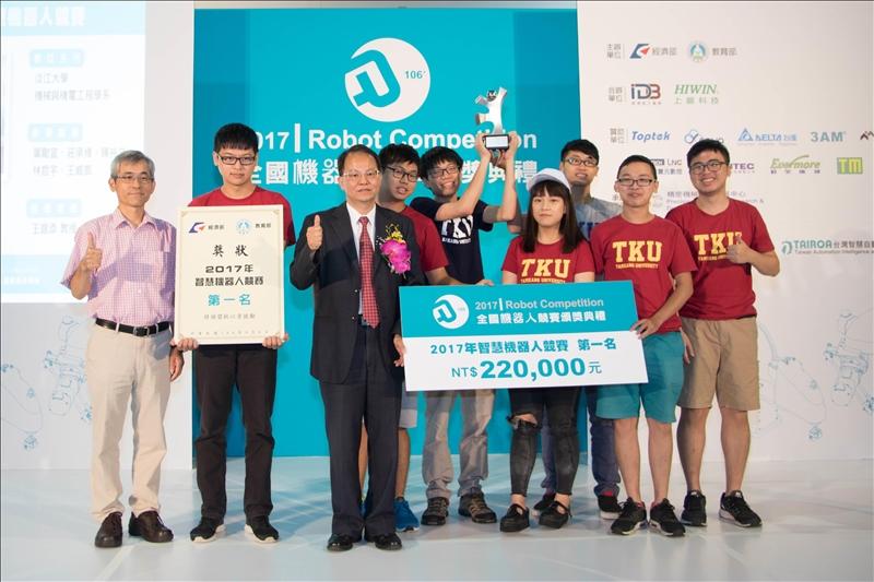 機電系「機器人視覺實驗室」團隊以「碰甚麼碰」作品,參加經濟部工業局「2017年智慧機器人競賽」,自16支進入決賽之隊伍中脫穎而出,榮獲第1名佳績。