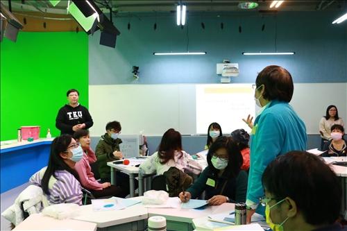 與會老師提出「大班制教學,該如何應用CLIL教學技巧於課堂上」之疑問