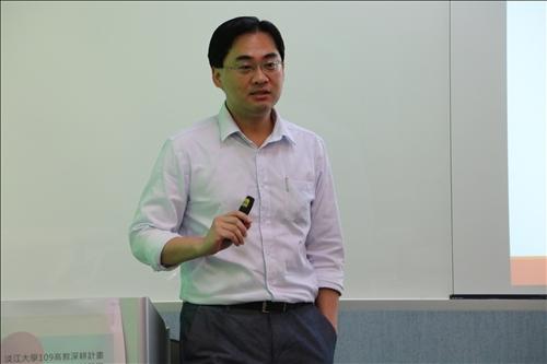 師培中心陳劍涵老師進行CLIL教學技巧於Nearpod的應用