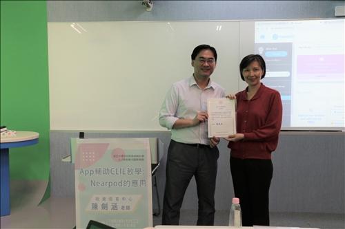 李組長致贈感謝狀於陳老師