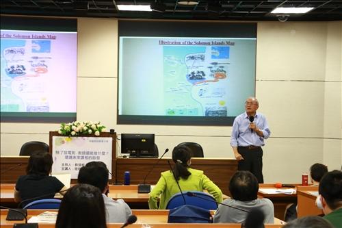 陳老師展示學生作業,並說明學生來自不同國家對環境議題的重視面向有所不同