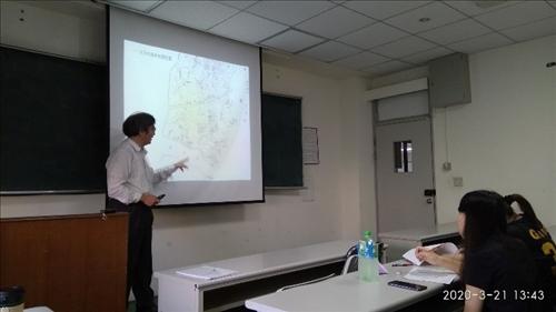 謝德錫老師在踏查前先在B505教室說明水文及水道的背景