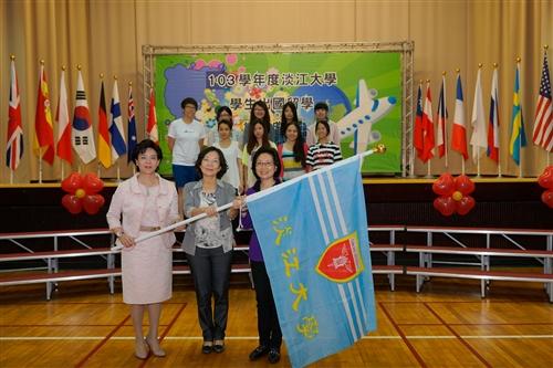 本校舉辦103學年度學生出國留學授旗典禮。
