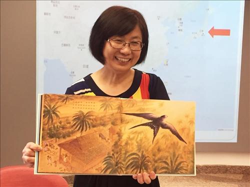 宋雪芳館長以繪本「燕子的旅行」向小朋友說故事