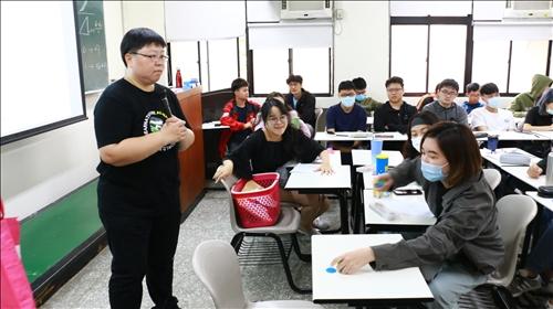 經濟系林彥伶主任進行「勞動經濟學」課程觀課交流