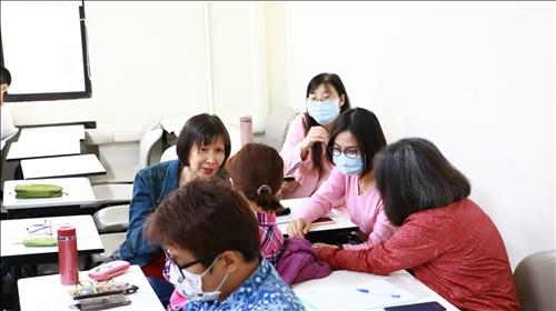 與會老師融入課程進行分組討論