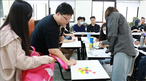 林主任進行課程遊戲活動時,學生非常踴躍的參與
