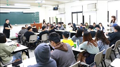 林主任透過點名回答問題來與學生互動