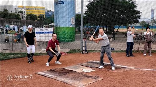 EMBA壘球賽開球
