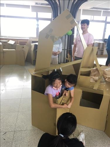 邀請興仁國小學生一同參與課程,觀察小學生與紙箱的互動,去思考如何設計。
