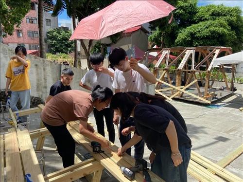 學生們於艷陽高照的天氣下,施作過程。