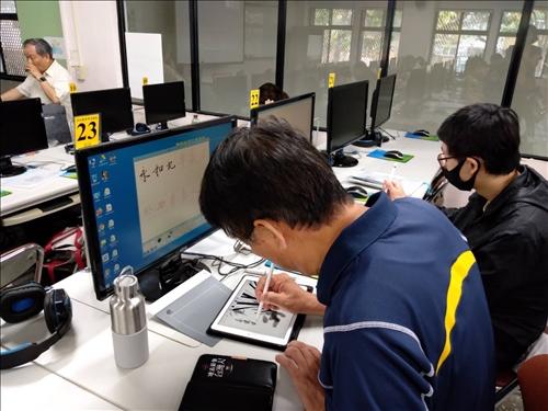 學員以iPad練習繪畫