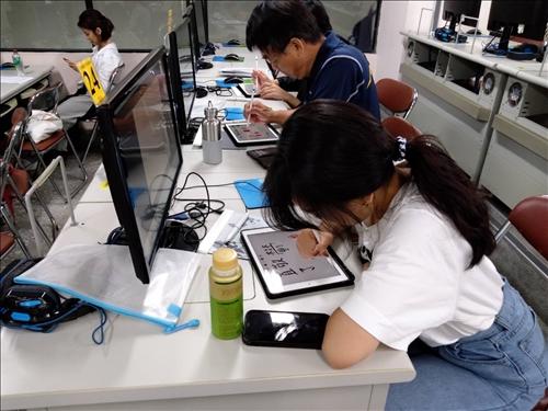 學員以iPad練習書寫