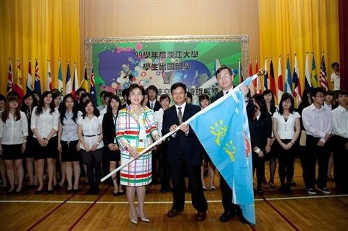 99學年度淡江大學學生出國留學暨國際青年大使交流團授旗典禮