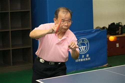 學術副校長陳幹男參加桌球課,運用本校完善設備強健體魄。