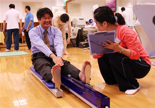 亞洲所所長胡慶山參加體育諮詢,了解體能情況,再選擇適當的運動項目。